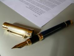 Pióro leżące przy dokumencie